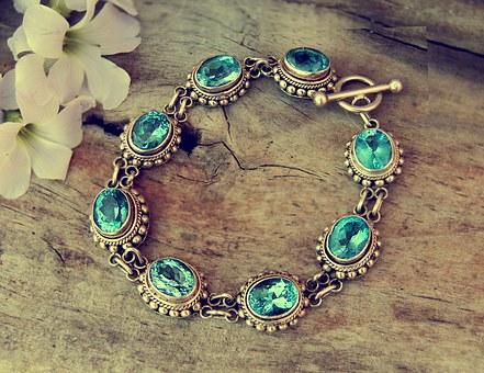 pour fabriquer des bijoux amérindiens, la turquoise est traditionnellement taillée en cabochon poli